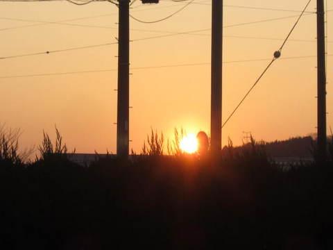 月と朝焼け・日の出.JPG