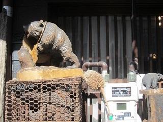 朝日町・クマの彫り物.JPG