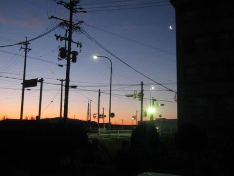 朝焼けと月・1.JPG