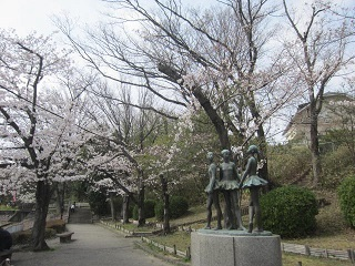 桜・少女像.JPG